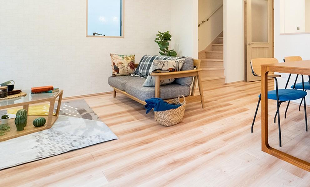 高級感と気持ちよさを備えた床材を使用