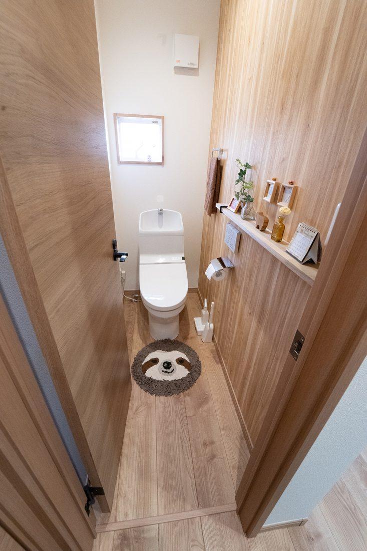 トイレにもしっかりコダワリを。作り付けの飾り棚にお気に入りの物や芳香剤を並べて。
