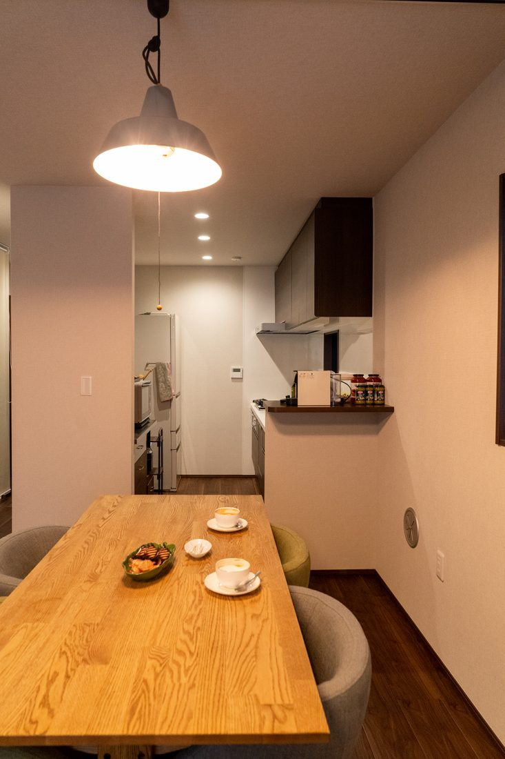 右の壁がある事でリビング側からキッチンが見えづらくなっている