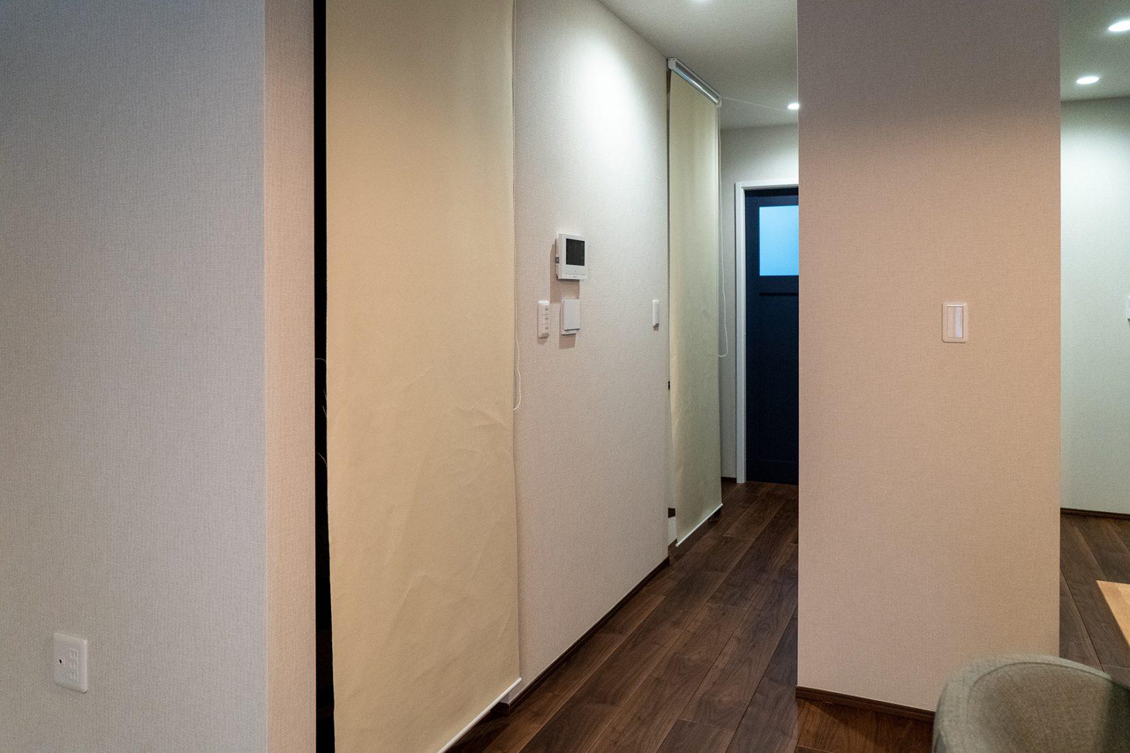 お客様ご自身で階段部分にシェードを取り付けて暖房効率を上げる工夫をされている