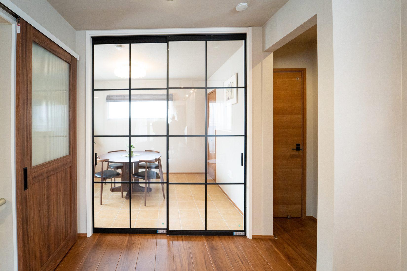 オプションで設置したLDKとインナーテラスを区切るガラス扉。とても良い存在感を放っている。