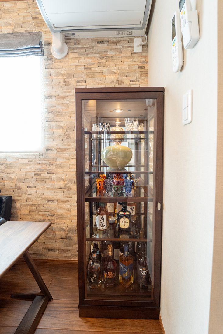 旦那様の宝箱。お酒とグラスのコレクションショーケース。