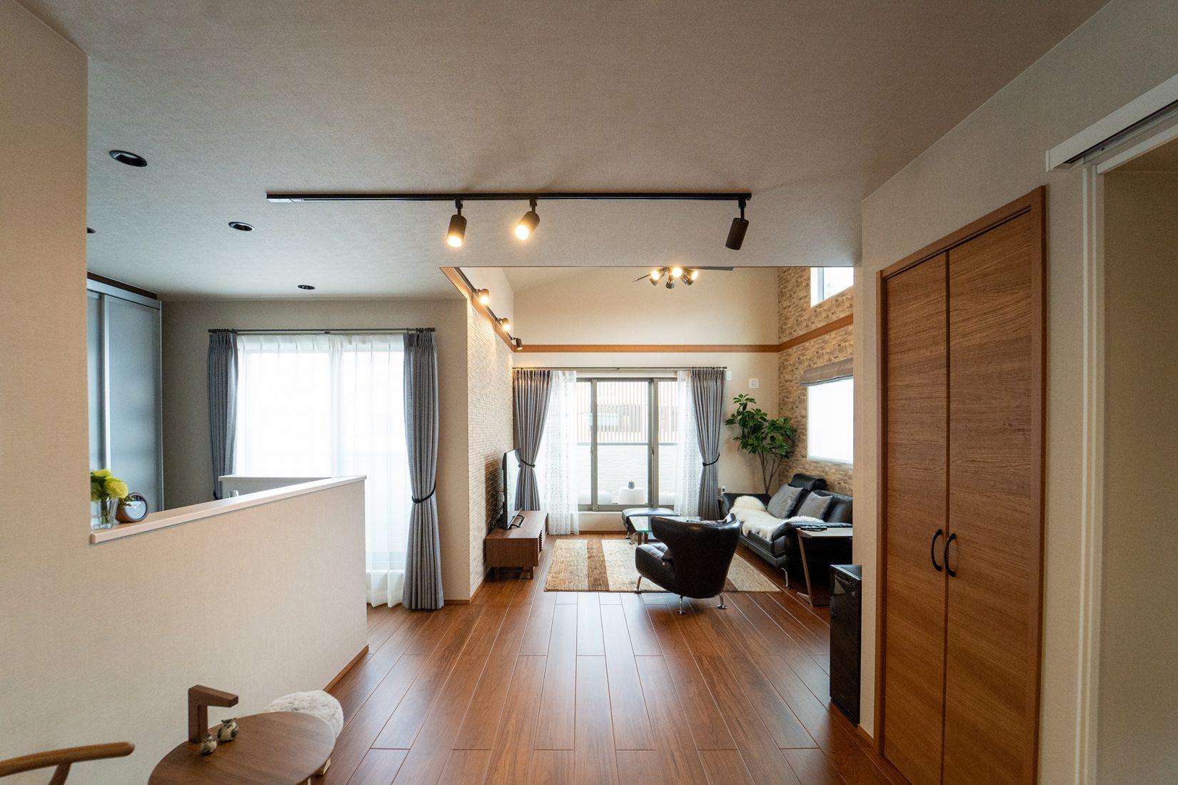 LDK全体の眺め。デザイナーズの家具がとてもスムーズに配置されていて、ご夫婦のセンスの良さがうかがえる。